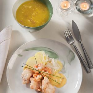 menu-sopa-de-picadillo-salmon-con-langostinos-papa-panadera-y-salsa-de-naranja