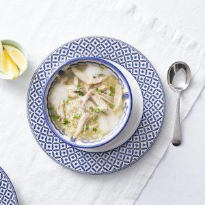 sopa de pollo. huevo y limon