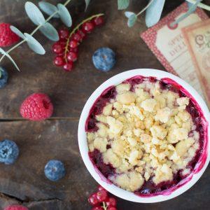 crumble de manzana y frutos rojos