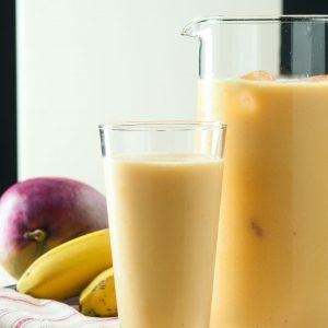 batido de mango y banana con leche de coco
