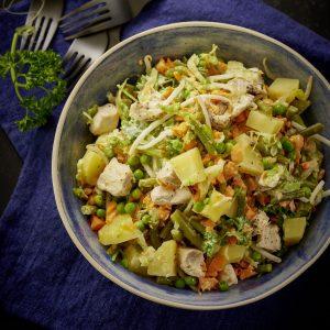 Ensalada de papa y verdura con pollo
