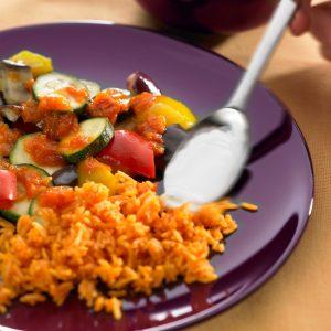 pisto de berengena con arroz y salsa de yogur