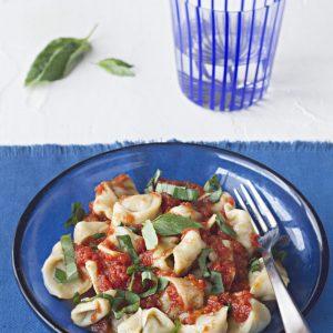 tortellini de carne con salsa de tomate y albahaca 1755-hpr