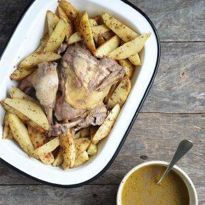 pollo sentado con papas rusticas baja