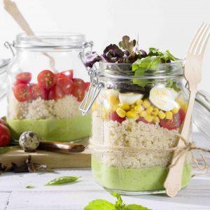 Ensalada verde de quinoa con huevos de codorniz y cherrys en tarro H-hpr