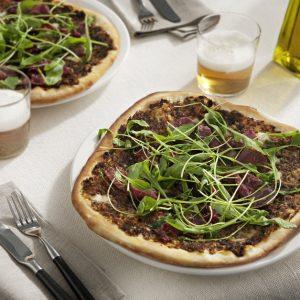 Pizza de cecina con pesto rojo y rúcula, horizontal RGB 141126_220-scr