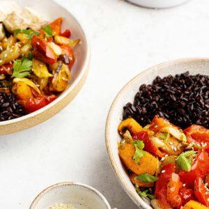 Bowl de arroz negro con verduras asadas