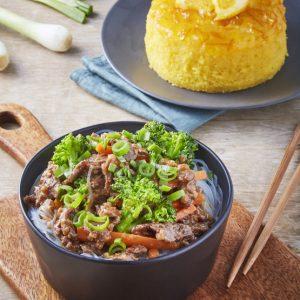 Carnde de res con brocoli fideos de arroz pastel de naranja-scr